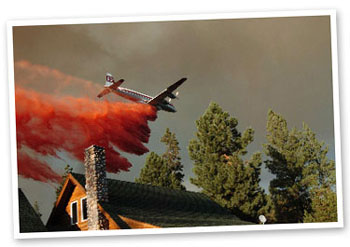 Tanker flies low over houses in La Pine, 2005 Park Fire.